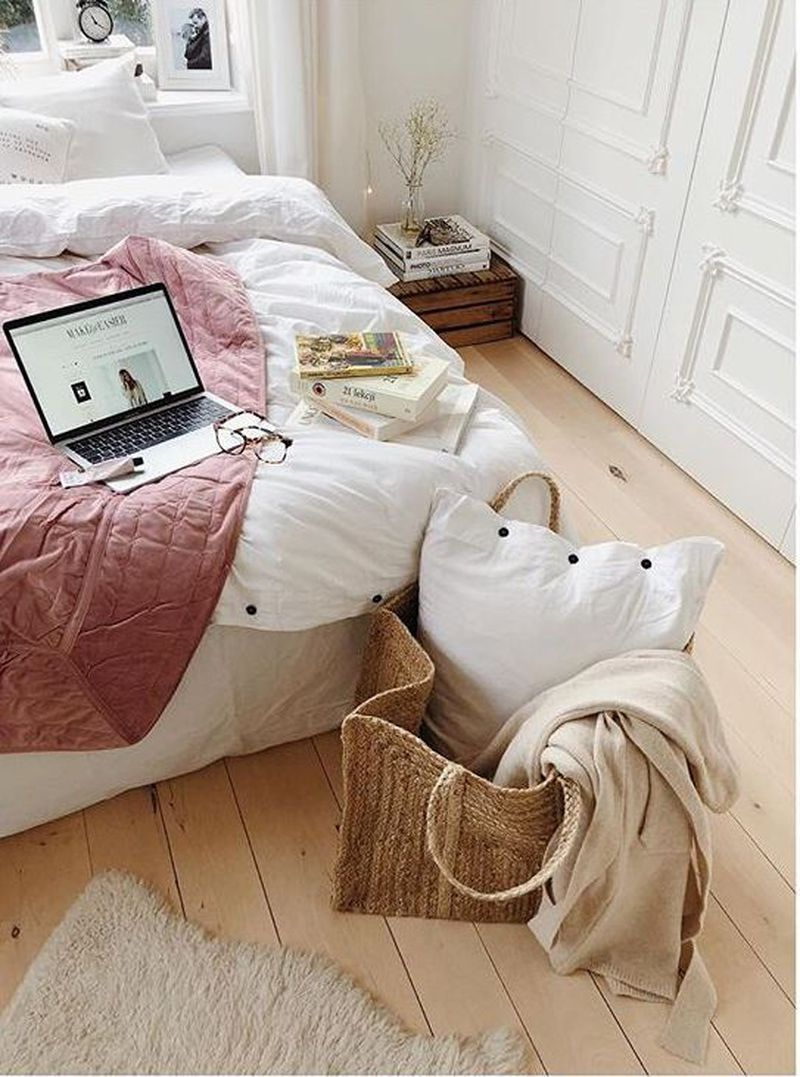 Idealne mieszkanie Kasi Tusk: Białe ściany, fortepian, kominek, gustowne fotografie… - 2